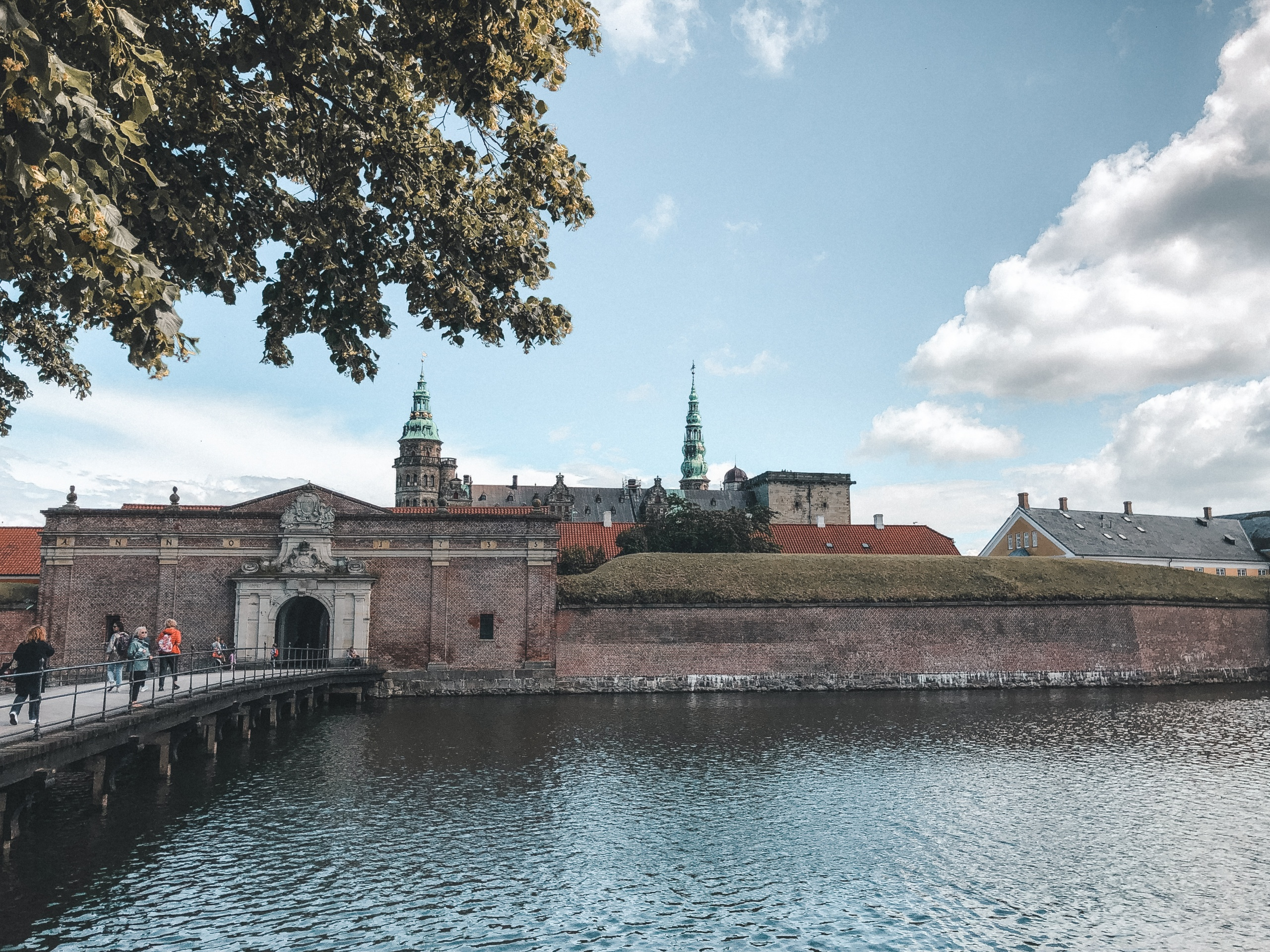 Kronborg Slot og voldgraven omkring